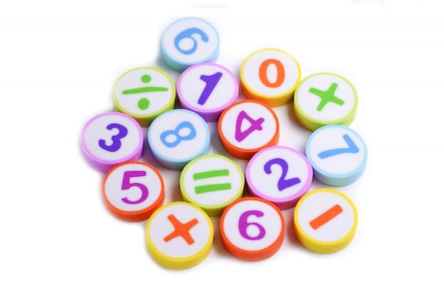 Nombre de math coloré sur blanc. Photo Premium