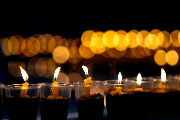 De nombreuses bougies brûlent pour la méditation spirituelle Photo Premium
