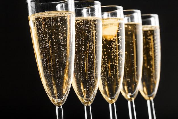 De nombreuses coupes de champagne Photo Premium