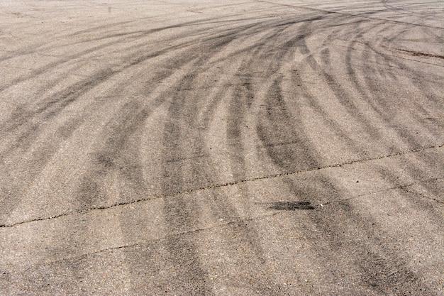 Nombreuses traces de pneus freinant sur l'asphalte Photo Premium