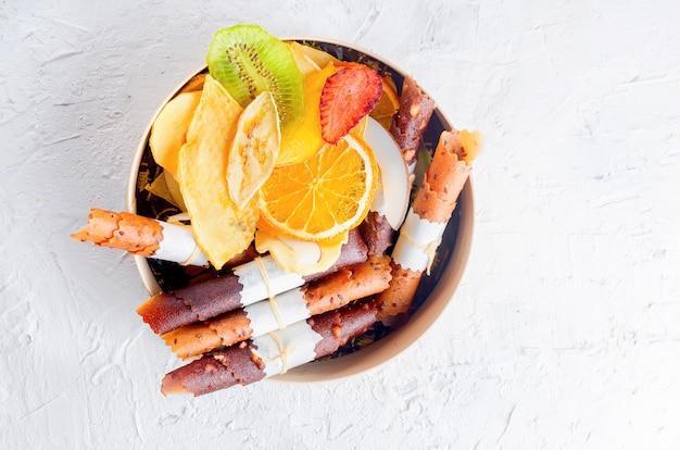 Nombreuses variétés de chips de fruits dans une boîte en bois ronde Photo Premium