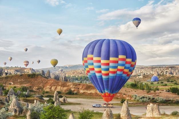 De Nombreux Ballons Colorés Décollent Dans Le Ciel Photo Premium