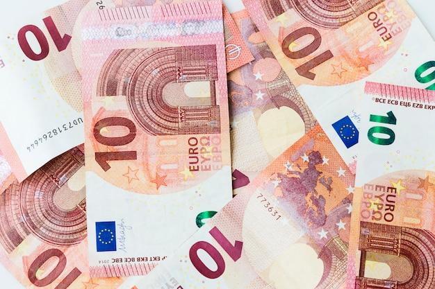 Nombreux billets de banque de 10 euros dispersés sur une table Photo Premium