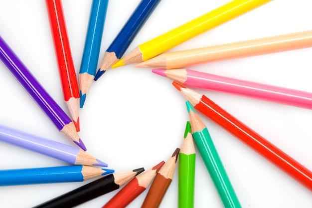 De nombreux crayons formant un cercle sur un fond blanc Photo Premium