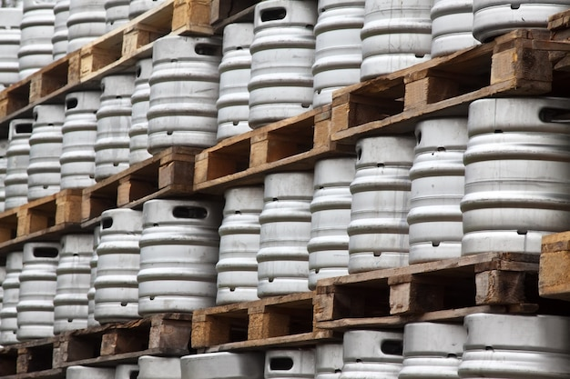 De nombreux fûts métalliques de bière Photo gratuit