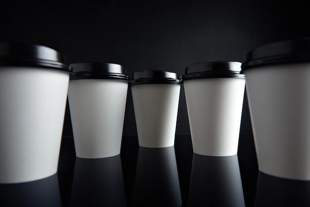 De Nombreux Gobelets En Papier Blanc à Emporter Pour Boissons Chaudes Fermés Avec Des Bouchons Présentés Dans Une Perspective De Parallaxe Photo gratuit