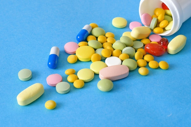 De Nombreux Médicaments Et Capsules De Médicaments Différents Sur Fond Bleu Photo Premium