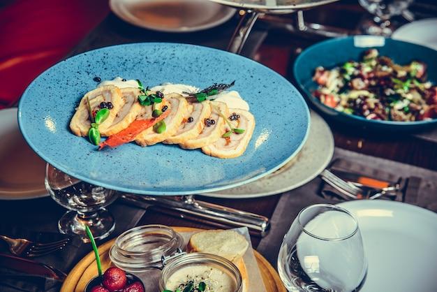 De Nombreux Plats Différents Au Restaurant, Plaque Blanche Sur La Table Avec Plat D'accompagnement, Cracker Photo Premium