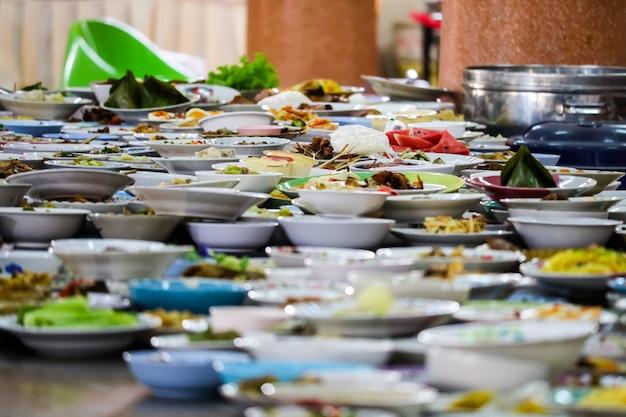 De nombreux récipients de nourriture ont été placés pour manger Photo Premium