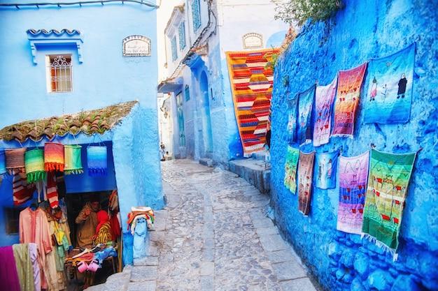 Nombreux souvenirs et cadeaux dans les rues de chefchaouen Photo Premium