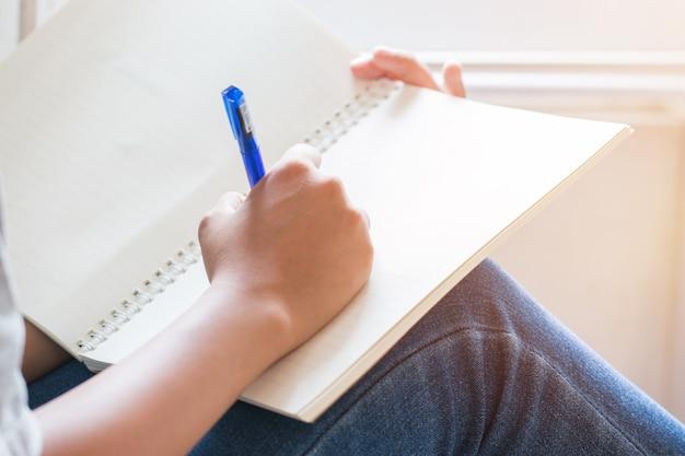 Note D'étudiant Asiatique Sur Un Ordinateur Portable Pendant L'apprentissage En Ligne Ou En Ligne Photo Premium