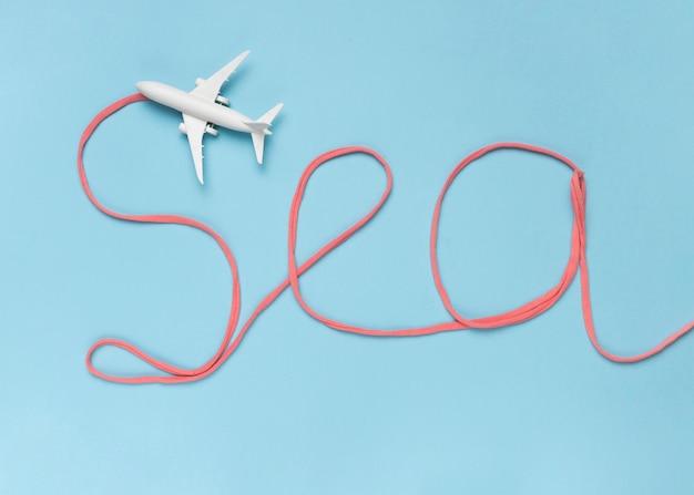 Note mer en coton et petit avion blanc Photo gratuit