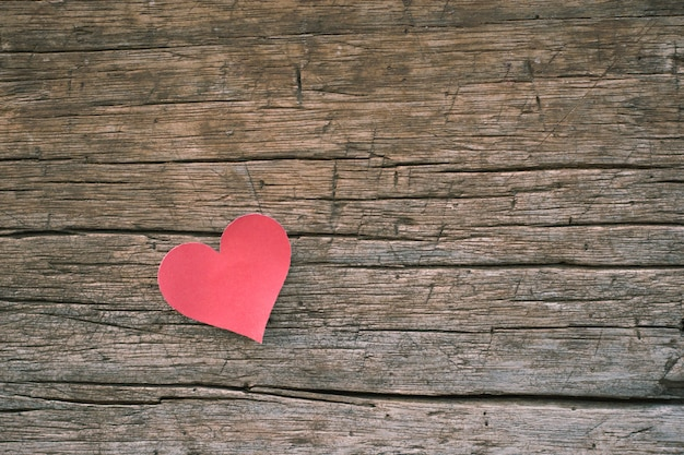 Note De Papier Vierge Rouge Avec Forme De Coeur Sur Fond En Bois Grunge Photo Premium