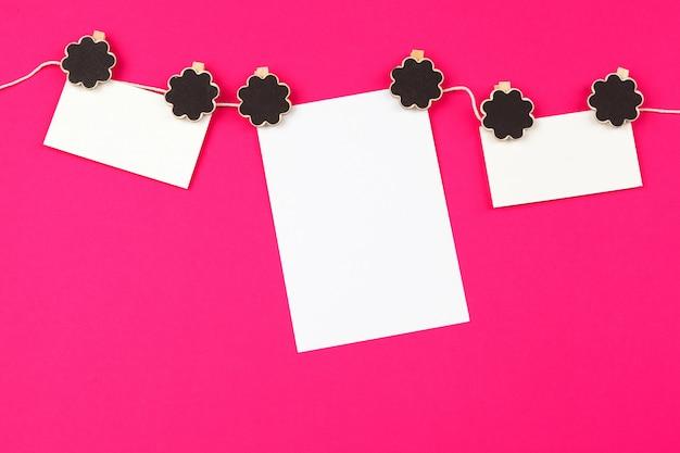 Note de rappel suspendue à une pince à linge sur une corde à linge Photo Premium