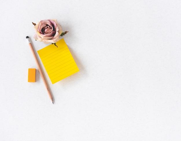 Note spatiale vintage avec fleur rose et crayon Photo Premium