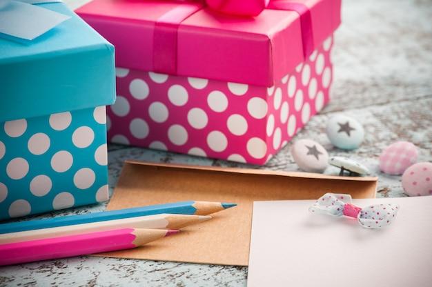 Note Vide Avec Des Crayons Bleus Et Roses Photo Premium