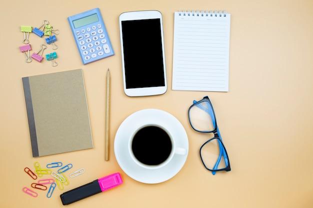 Notebook marron couverture téléphone portable calculatrice noir café blanc tasse bleu lunettes Photo Premium