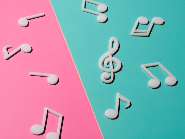 Notes de musique blanches sur fond coloré clair Photo gratuit