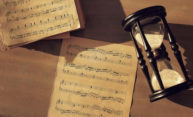 Notes De Musique Sur Papiers Et Sablier Photo gratuit
