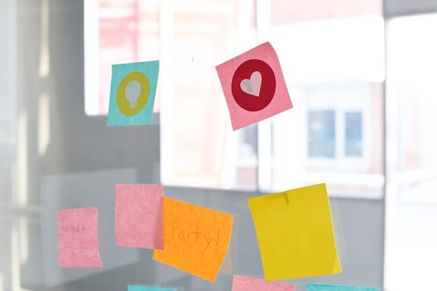 Notes de rappel notes de rappel cousues sur un mur de verre Photo gratuit