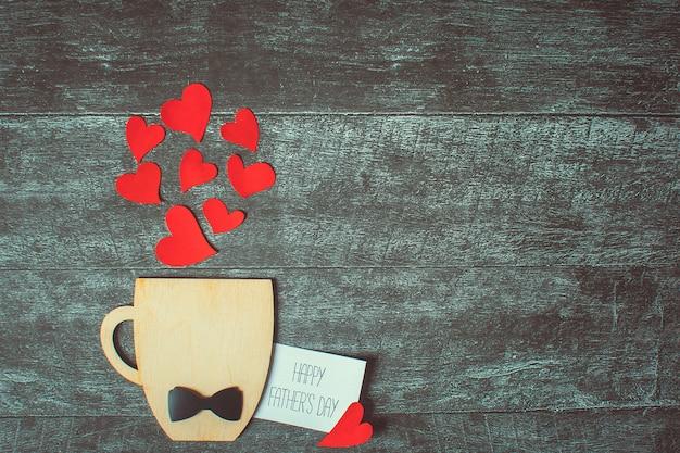 Notion de fête des pères. coupe décorative avec nœud papillon et coeurs. copyspace. Photo Premium
