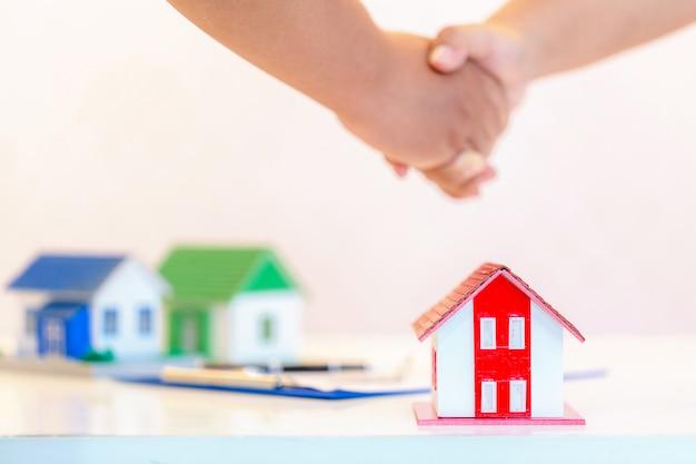 Notion d'hypothèque. clé de main mâle Photo gratuit