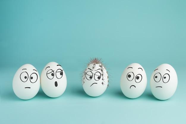 Notion De Mauvais Personnage. œuf épineux Cinq œufs Blancs Aux Visages Dessinés Photo Premium