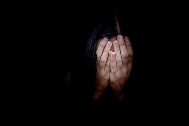Notion De Peur, Violence Domestique. La Femme Lui Couvre Le Visage Photo Premium
