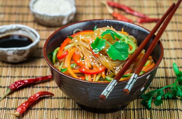 Nouilles d'amidon (riz, pomme de terre) avec des légumes Photo Premium