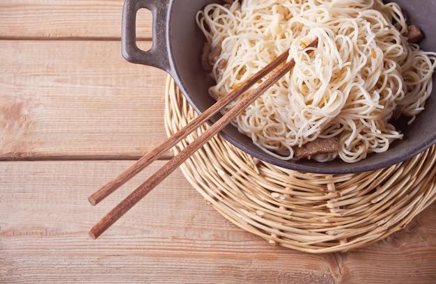 Nouilles Asiatiques Au Bœuf, Légumes Au Wok Avec Des Baguettes Photo Premium