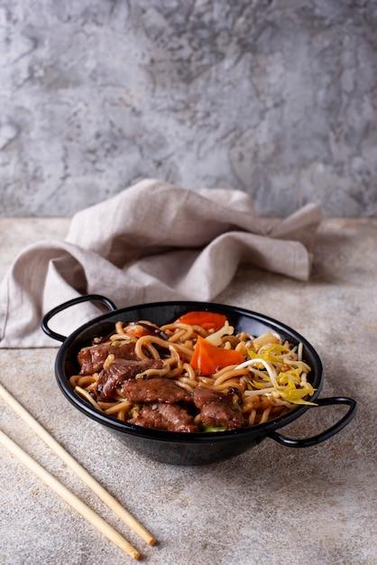 Nouilles asiatiques à la viande et aux légumes Photo Premium