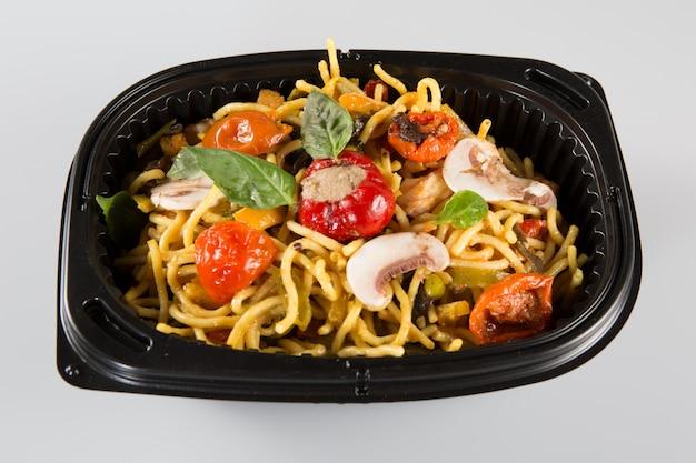 Nouilles Au Porc Et Légumes Dans Une Boîte à Emporter Photo Premium