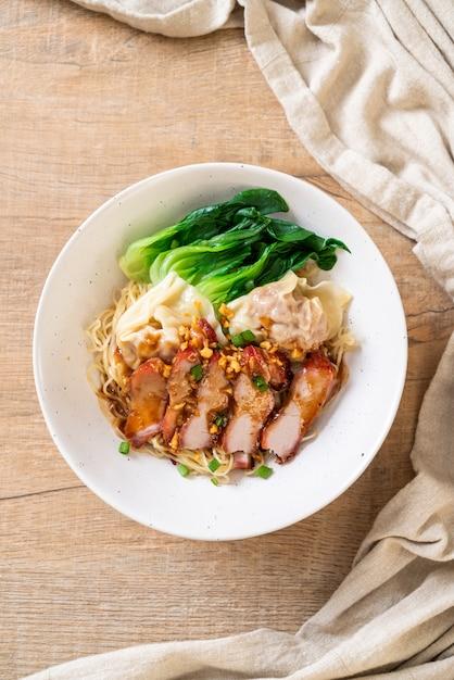 Nouilles aux oeufs avec porc rôti rouge et wonton Photo Premium