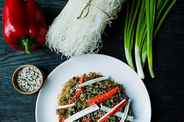 Nouilles de cellophane décorées avec des légumes Photo Premium
