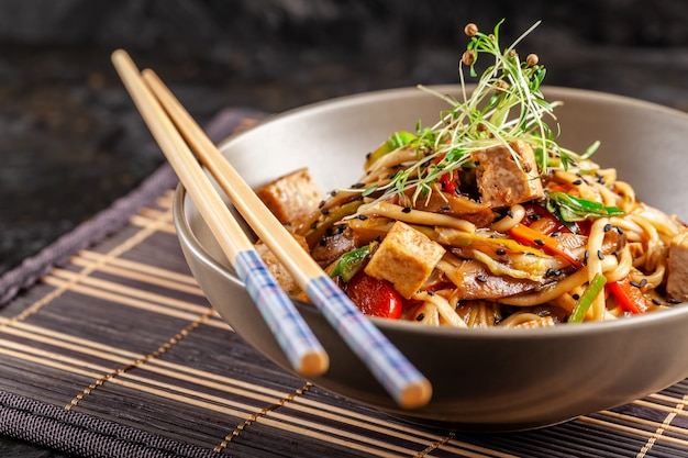 Nouilles chinoises au poulet. Photo Premium
