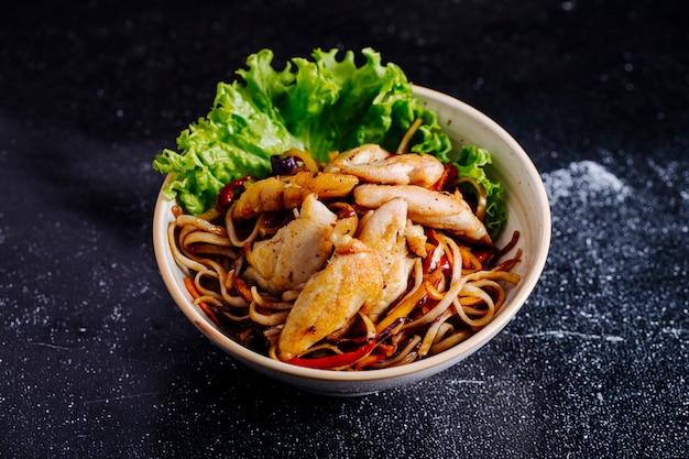 Nouilles Chinoises Dans Le Bol Avec Filet Et Laitue. Photo gratuit