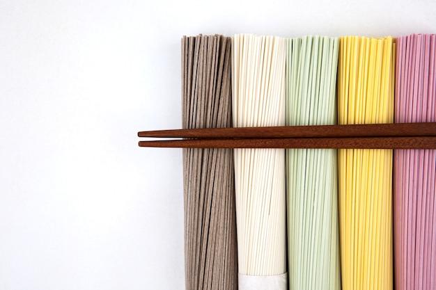 Nouilles coréennes avec des baguettes en bois Photo Premium