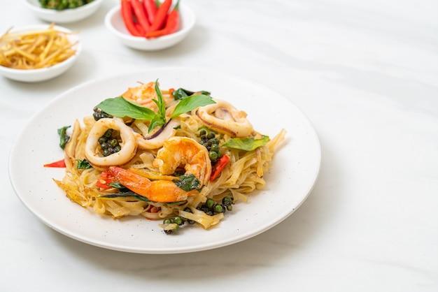 Nouilles épicées Sautées Aux Fruits De Mer (pad Cha Talay) - Style Thaïlandais Photo Premium