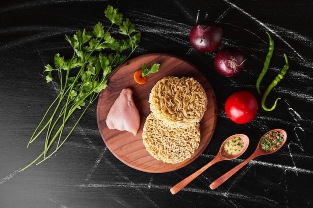 Nouilles Et Filet De Poulet Avec Des Ingrédients. Photo gratuit
