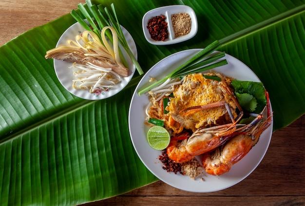 Nouilles frites aux crevettes (pad thai) Photo Premium