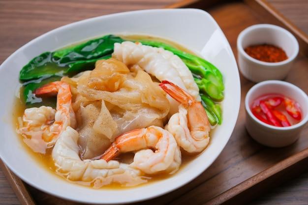 Nouilles frites aux fruits de mer et kale en sauce Photo Premium