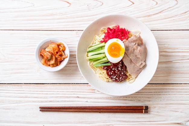 Nouilles froides coréennes Photo Premium