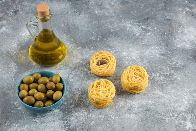 Nouilles, Huile Et Olives Vertes Sur Pierre. Photo gratuit