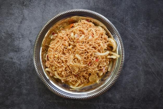 Nouilles instantanées sur assiette nouilles salade épicée cuisine thaïlandaise Photo Premium