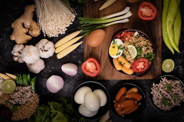 Nouilles Instantanées Au Porc Haché, Citron Vert, Oignon, Pois Verts, Champignon Doré Et Mini Maïs Photo gratuit