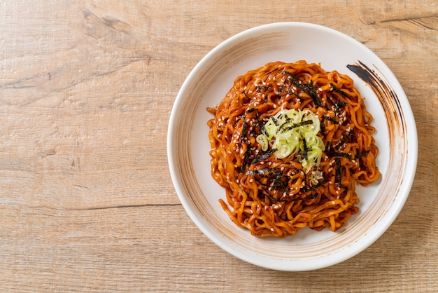 Nouilles instantanées chaudes et épicées coréennes au kimchi Photo Premium