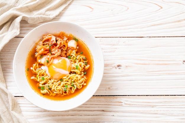 Nouilles Instantanées Coréennes Au Kimchi Et Aux œufs Photo Premium