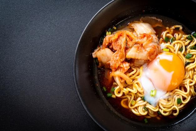 Nouilles instantanées coréennes au kimchi et à l'œuf Photo Premium