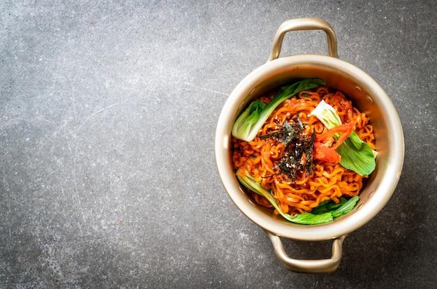 Nouilles Instantanées Coréennes Aux Légumes Et Kimchi Photo Premium