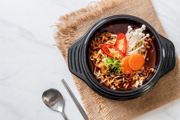 Nouilles instantanées coréennes dans un bol noir Photo Premium